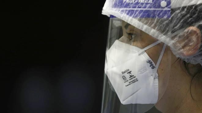Profissional usando equipamento de segurança contra o coronavírus