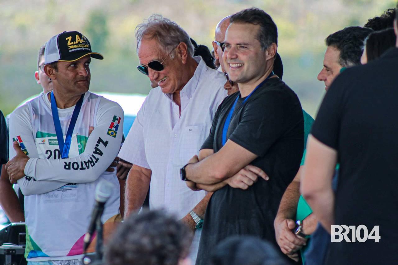 Zé Alfredo (esq), Manoel Gomes de Barros (centro) e o governador Renan Filho (Dir) - @BR104