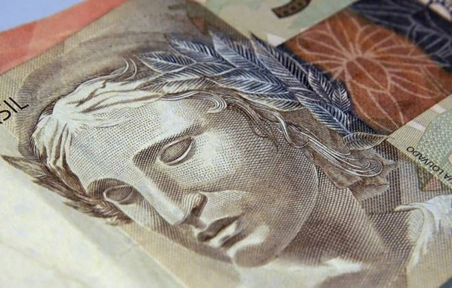 Bolsonaro sanciona lei que repassa R$ 125 bilhões para estados e municípios