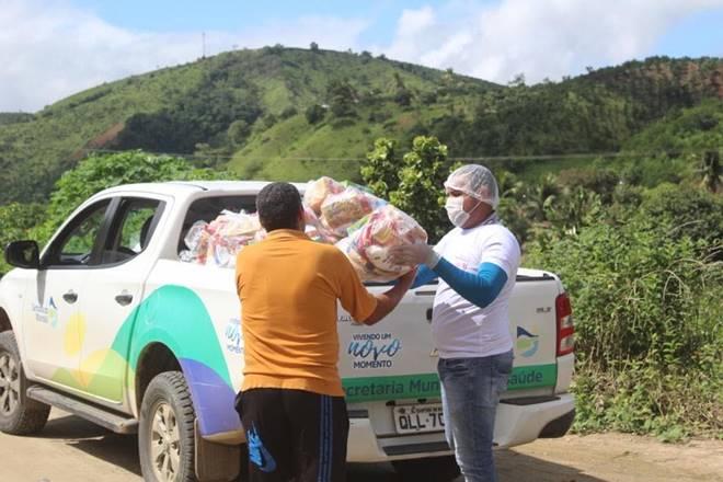Veículo da prefeitura de Santana do Mundaú com cestas básicas