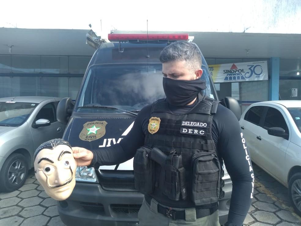 Mascara utilizada pelos criminosos foi apreendida pela policia na operação Carolina Sanches — © Reprodução