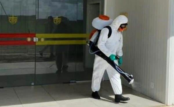 Funcionário da Prolseg Desinfecção e Sanitização no CT Ninho do Galo — © Prolseg