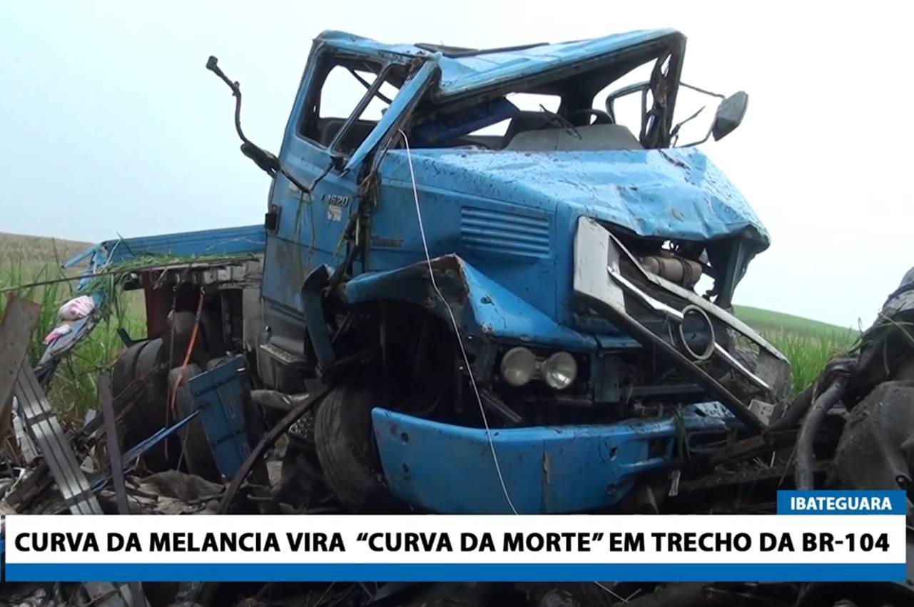 Caminhão que tombou na Curva da Melancia