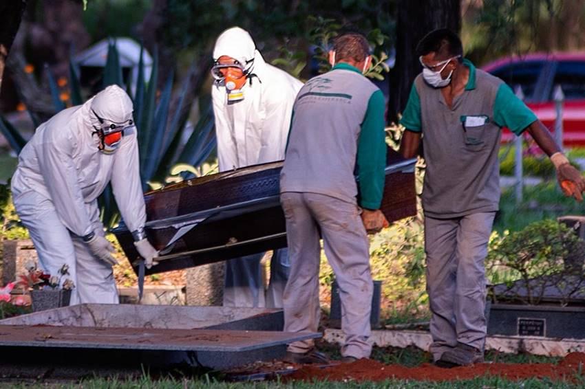 Enterro de paciente vítima da Covid-19