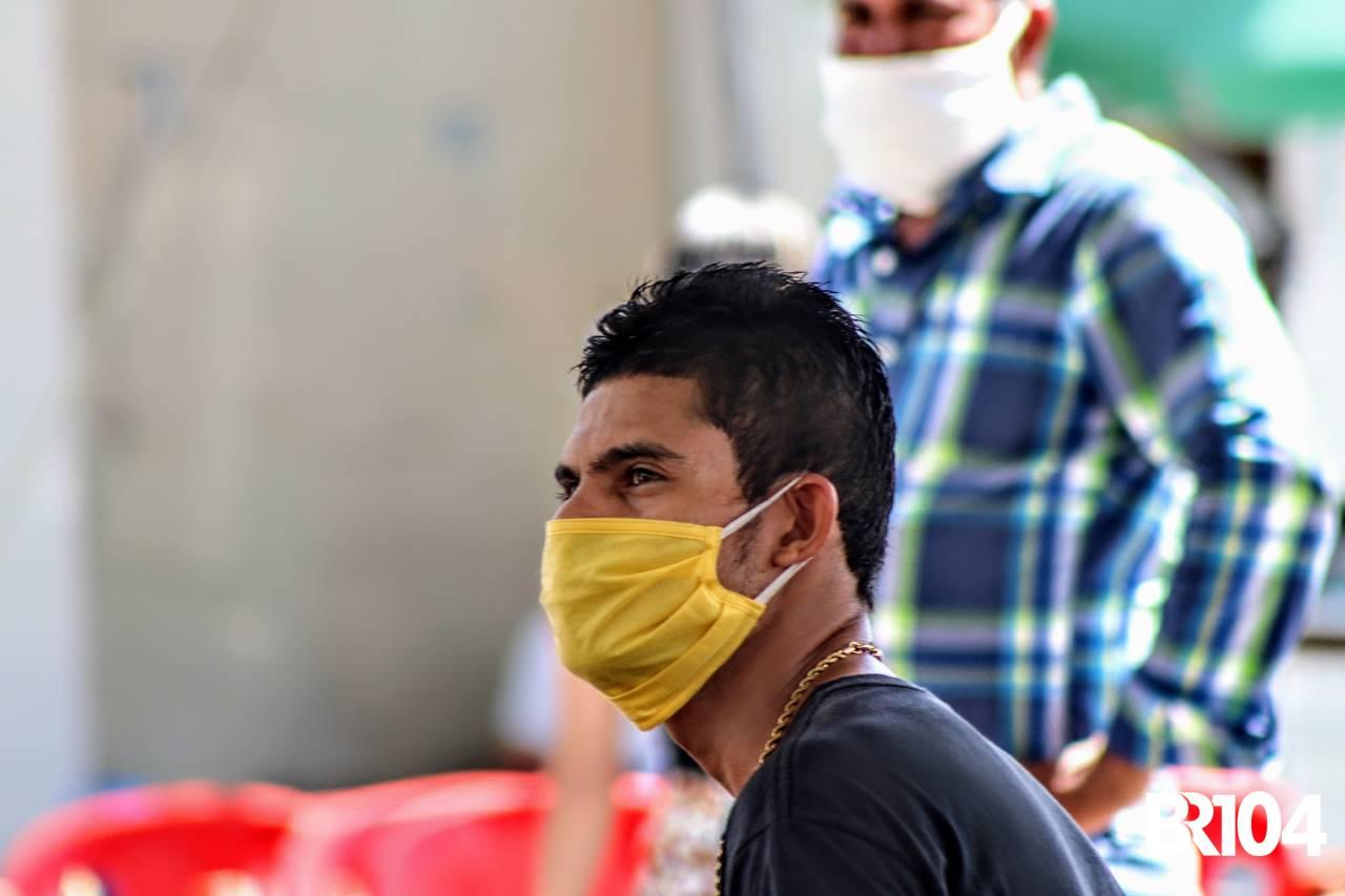 Homem usando máscara em meio a pandemia do novo coronavírus