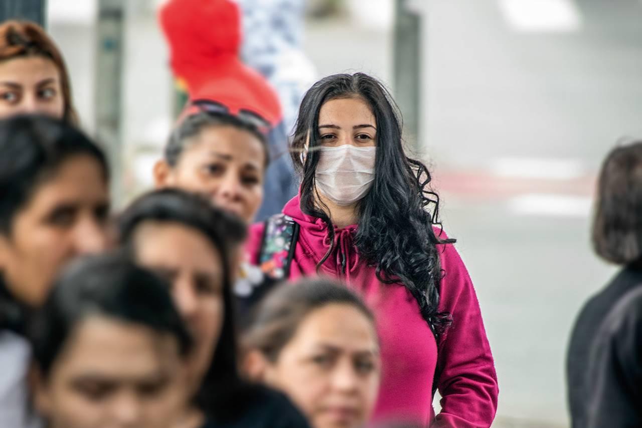 Pessoas usando máscara se prevenindo contra o novo coronavírus — ©Pessoas usando máscara se prevenindo contra o novo coronavírus — © Reprodução BR104