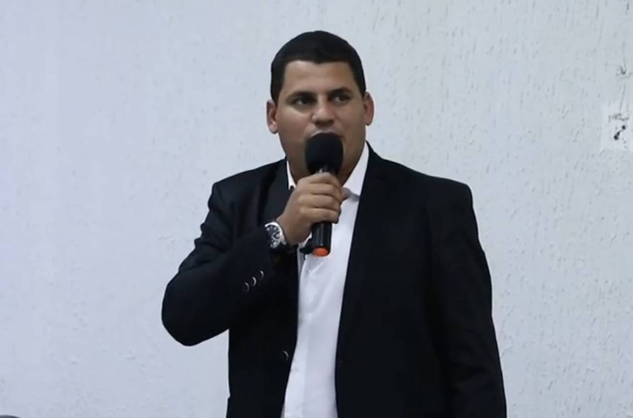 Vereador Caju discursando na Câmara de vereadores