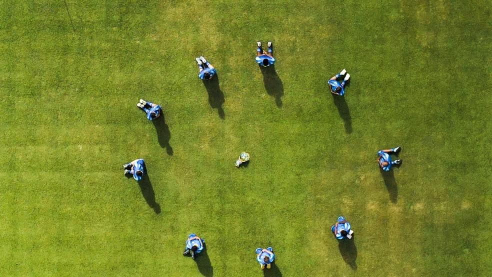 Jogadores prestando homenagem às vítimas de Covid-19 — © Ascom/CSA