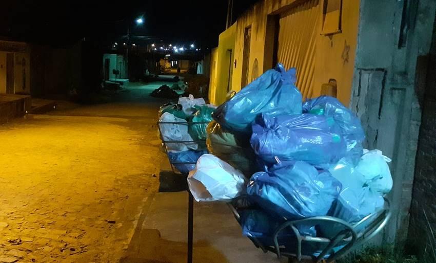 Lixo nas portas no bairro Nova Esperança, em União dos Palmares