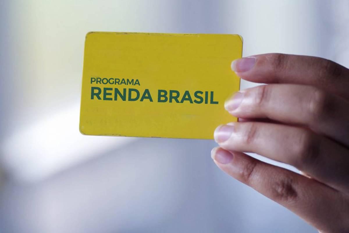 Pessoa segurando o cartão simulando o Renda Brasil - Divulgação