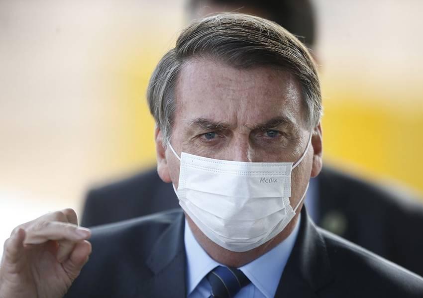Presidente Jair Messias Bolsonaro usando máscaras