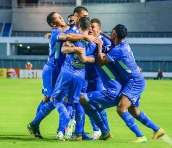 Elenco comemora resultado final da partida — © Ascom/CSA