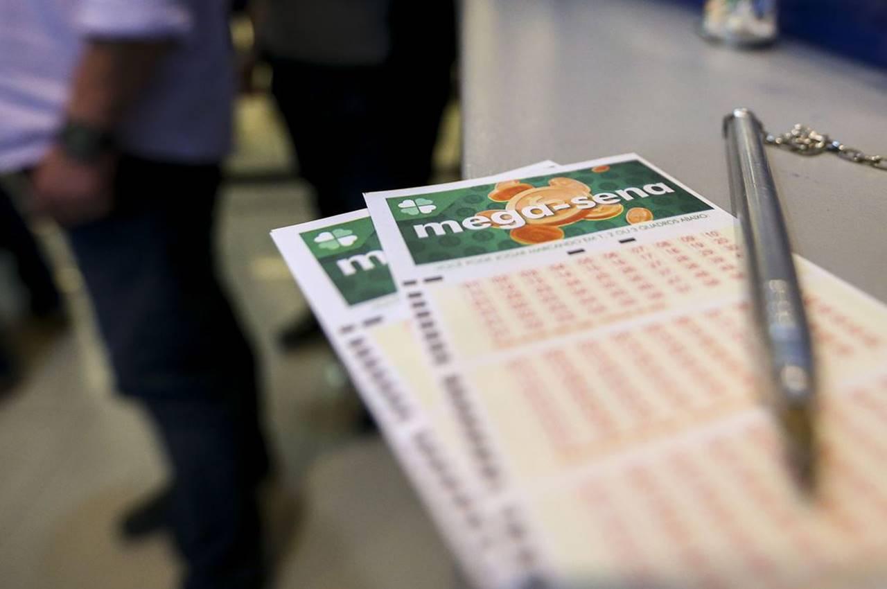 Aposta única da Mega-Sena custa R$ 4,50 e apostas podem ser feitas até às 19h — Marcelo Camargo/Agência Brasil