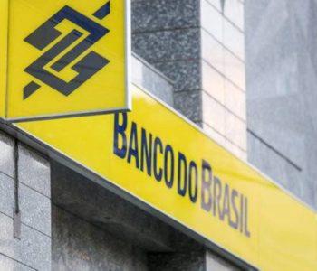 Benefício é pago por meio do Banco do Brasil e da Caixa Econômica — © Marcelo Elias/Gazeta do Povo