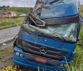 Caminhão tombou na BR-101 — © Ascom PRF