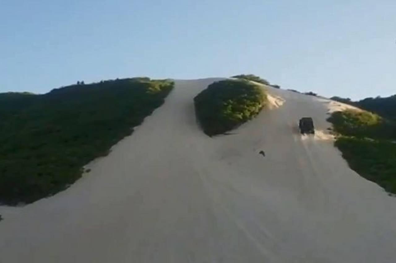 Carro despenca de duna no Rio Grande do Norte — © Reprodução