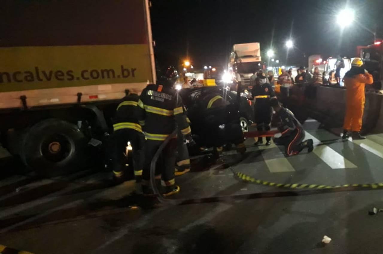 Colisão entre carro e caminhão deixa motorista preso às ferragens na BR-104 — © Reprodução