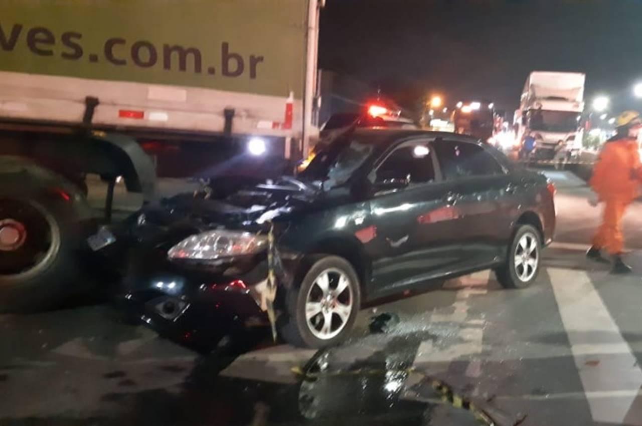 Colisão entre carro e caminhão deixa motorista preso às ferragens na BR-104 — © PRF