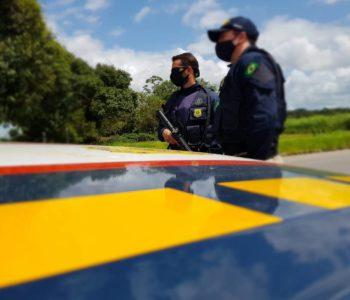 Equipe da PRF durante fiscalização em rodovia federal — © PRF