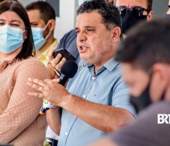 Prefieo Areski freitas ao lado da secretária de Saúde Geany Vergeti