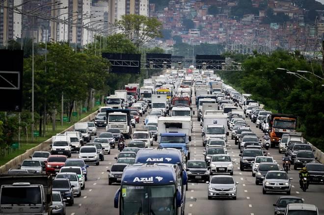 Veículos trafegando no trânsito - @reprodução