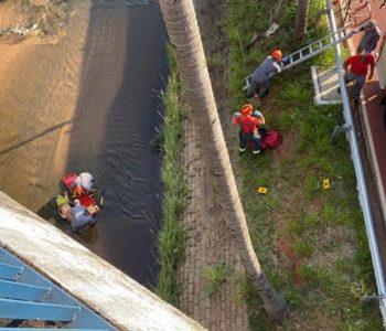 Cadeirante morre após ser jogado de viaduto no Rio Bauru em tentativa de assalto — © Alisson Negrini/TV TEM