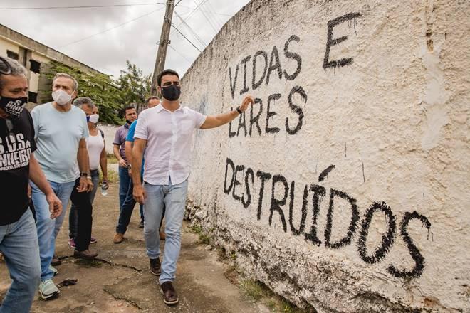 JHC em visita ao bairro do Pinheiro, em Maceió — © Assessoria