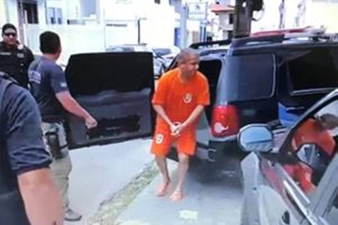 Manoel chega para depor à polícia em 2017 sob acusação de ter matado o pai — © Frame internet/TV Cidade Presidente Dutra