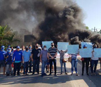 Moradores bloqueiam AL-101 Sul em Marechal Deodoro — © Reprodução