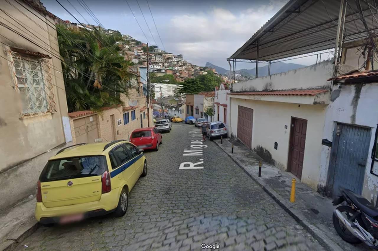 Rua onde Caio morava fica em frente ao Morro da Coroa — © Reprodução