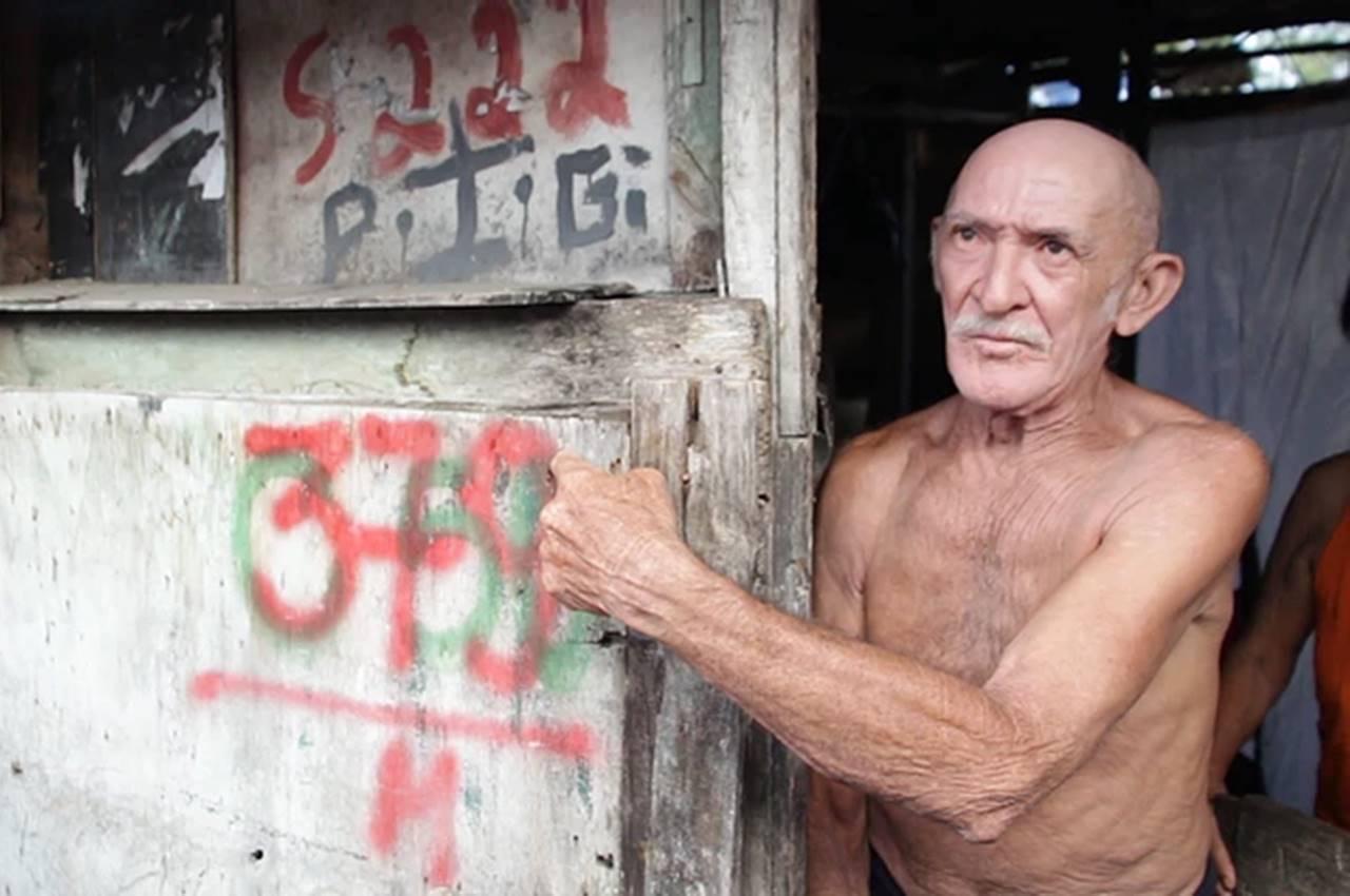 Seu Pedro Lopes, 67 anos, mora em um barraco construído às margens da Mundaú — © O Que Os Olhos Não Veem