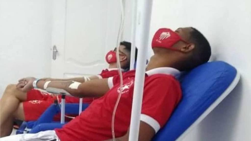 Jogadores do Rio Branco recebendo atendimento hospitalar — © Reprodução
