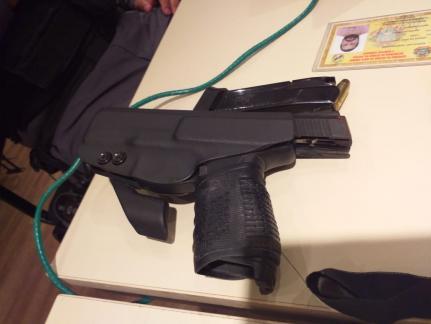 Arma que estava com o mesário — © Reprodução