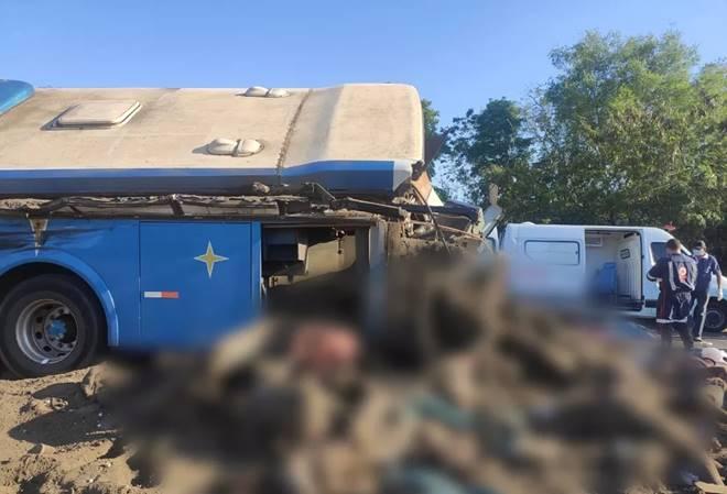 Colisão frontal entre ônibus e caminhão deixa 41 mortos — © Reprodução