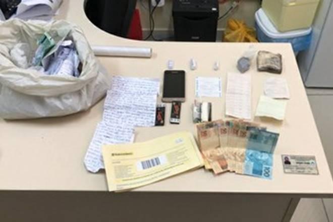 Parte do material apreendido com o suspeito no Presídio do Agreste, em Girau do Ponciano — © Seris