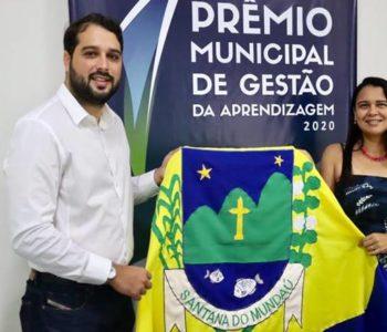 Daniele Márcia com prefeito Arthur Freitas durante solenidade — © Assessoria