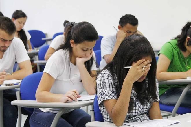 Estudantes fazendo prova — © Reprodução