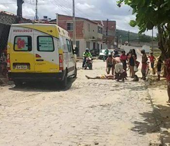 Homem escala poste e se joga em tentativa de suicídio, em Murici — © Reprodução