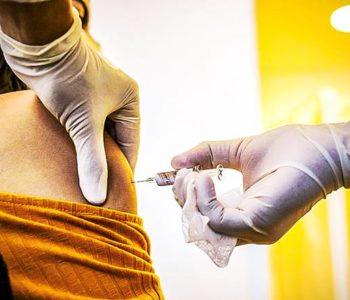Mulher sendo vacinada — © reprodução