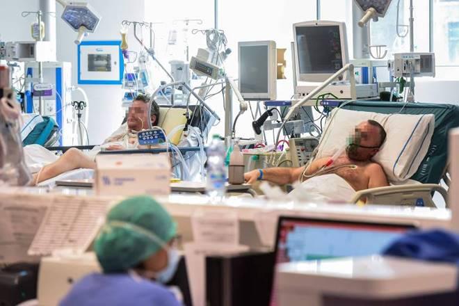 Pacientes com Covid-19 internados em UTI de hospital da Lombardia, na Itália — © Piero Cruciatti/AFP