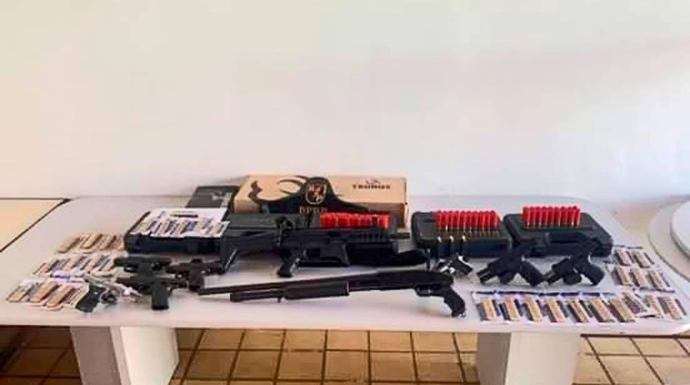 Espingarda calibre 12, e seis pistolas, sendo três nove milímetros, uma calibre .45, uma calibre .380 e uma calibre 635 de numeração raspada e munições
