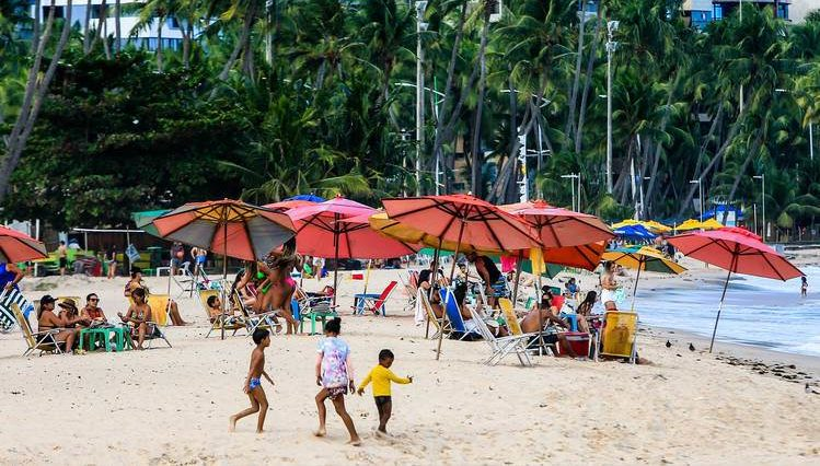 Ambulantes na praia — © Ailton Cruz