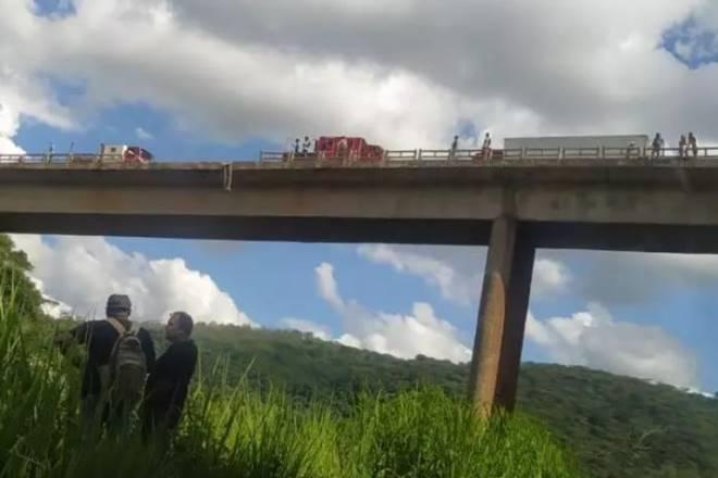 De acordo com o Corpo de Bombeiros, havia duas pessoas dentro da carreta — © Reprodução/Redes Sociais