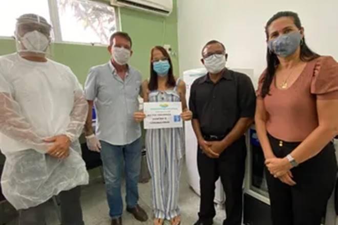 Dra. Márcia Calixto foi a primeira profissional a ser vacinada — © Reprodução