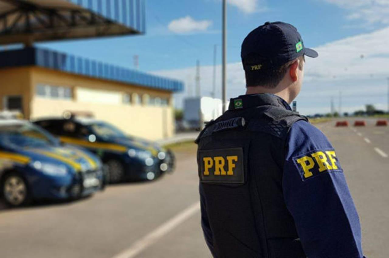 Equipe da PRF em fiscalização em rodovia federal — © PRF
