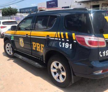 Mulher dirigia um carro adulterado e o original foi roubado em Recife — © PRF