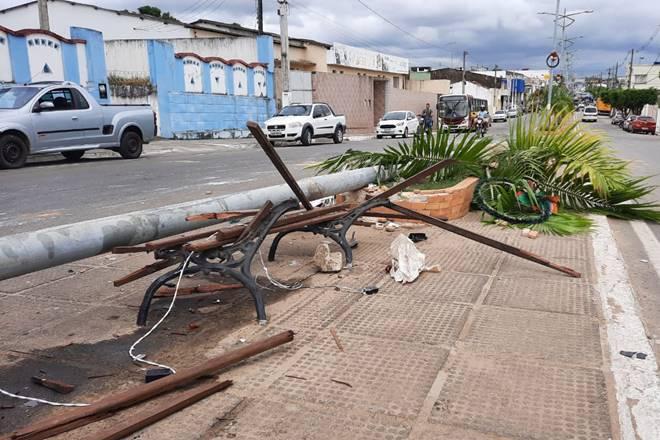 Impacto da colisão derrubou poste de iluminação pública — © Rayanne Rodrigues/BR104