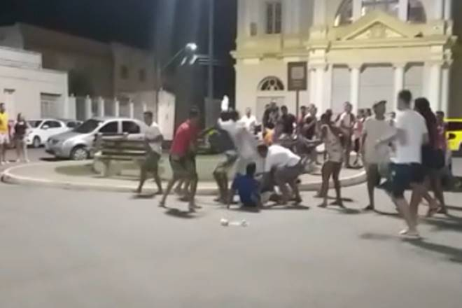 Jovens protagonizam luta corporal em frente à igreja matriz de São José da Laje — © Reprodução