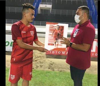 Luidy recebendo placa em comemoração aos 100 jogos pelo CRB — © Ascom/CRB