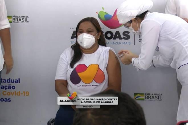Marta Antonia de Lima, de 50 anos, se tornou a primeira pessoa vacinada em Alagoas — © Reprodução